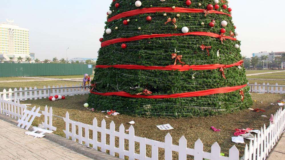 Cây thông Noel ở TP Bắc Giang tả tơi sau đêm Giáng sinh