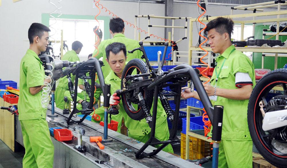 Dây chuyền sản xuất xe điện của Công ty PEGA (KCN Song Khê - Nội Hoàng). Ảnh: Hương Giang