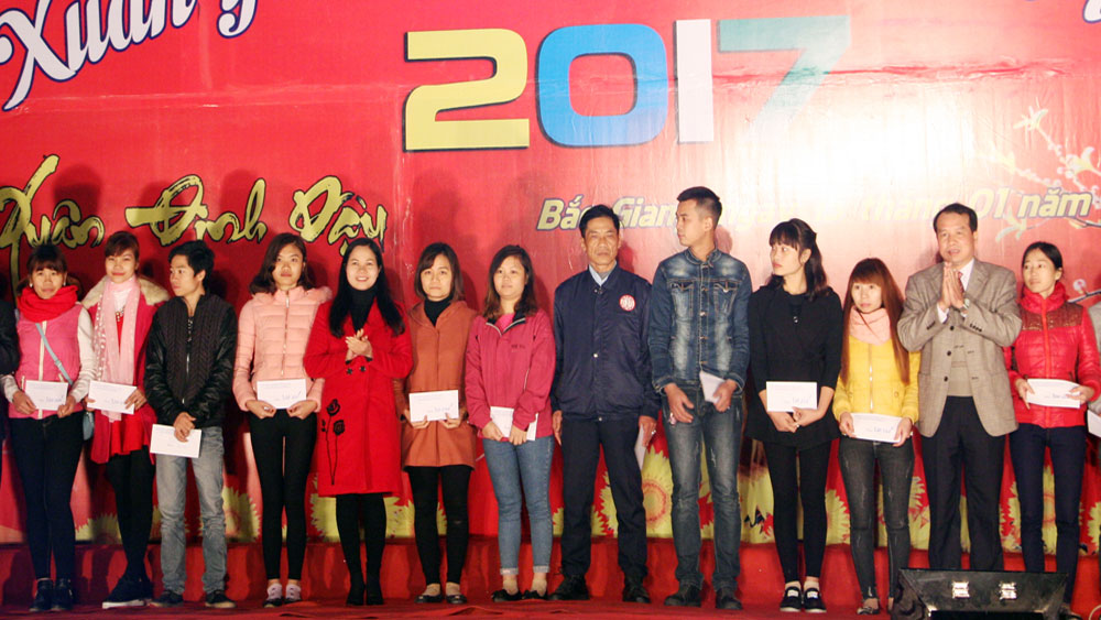 Bac Giang cares for workers ahead Tet holiday