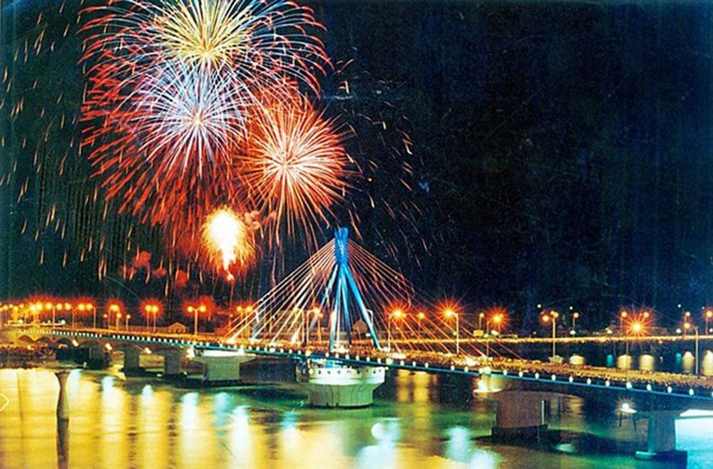 Da Nang, int'l fireworks fest, April, Reunification Day, fireworks festival, Legend of Bridges, firework competition, food festival, flash mob, dance performance