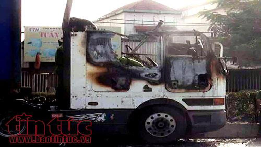 Xe container bốc cháy dữ dội khi lưu thông trên quốc lộ 1A