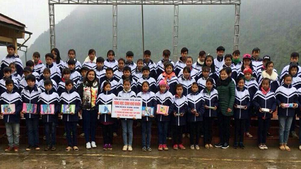 Hơn 30 triệu đồng tặng quà học sinh nghèo huyện Hà Quảng (Cao Bằng)
