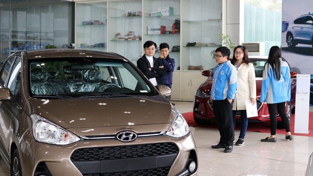 Khách xem xe tại đại lý Hyundai Bắc Giang.