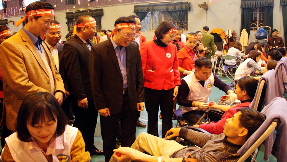 Đồng chí Lê Ánh Dương và các đại biểu động viên người hiến máu tại lễ phát động.