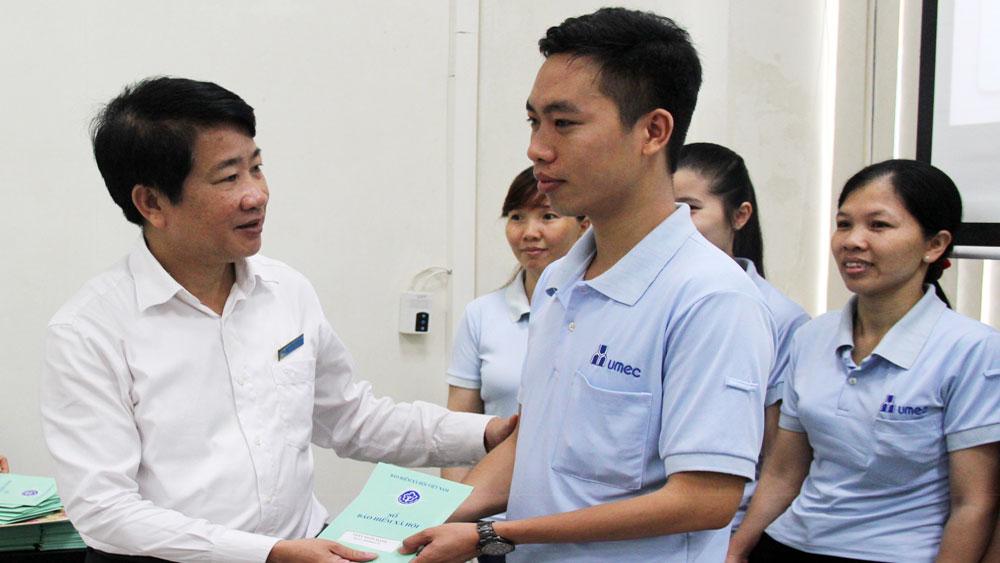 Bắc Giang: Hoàn thành bàn giao sổ bảo hiểm xã hội cho lao động khối doanh nghiệp