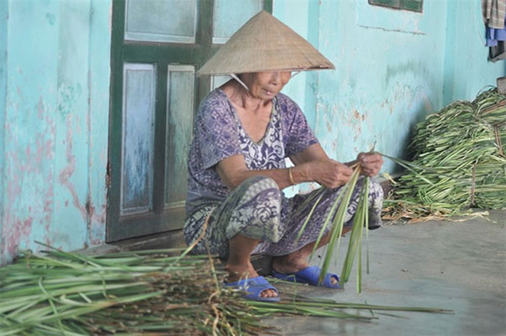 Headwear, local charm, Thua Thien-Hue Province, Conical hats, historic Hue City,  local artisans,  Hue hats famous