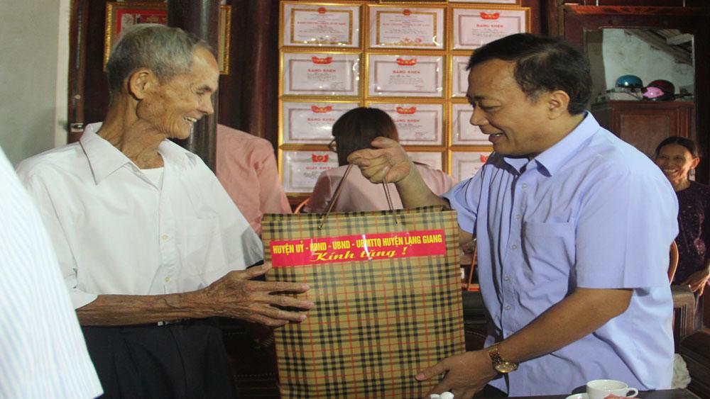 Lạng Giang phấn đấu 100% hộ nghèo được nhận quà dịp Tết Nguyên đán
