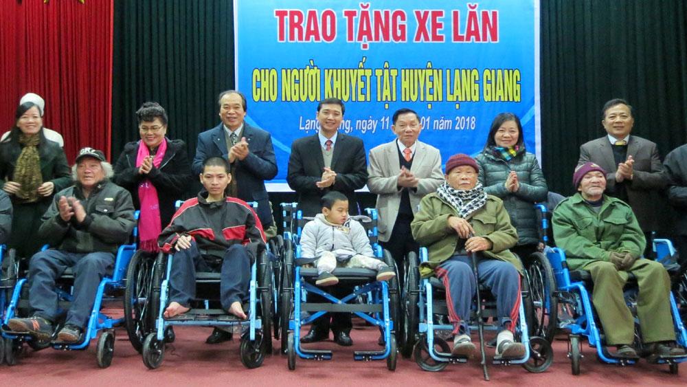 Lạng Giang: Trao tặng 60 xe lăn cho người khuyết tật