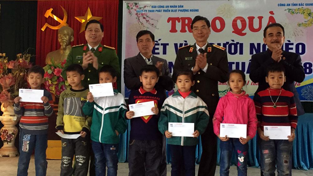 Tặng 100 suất quà Tết cho người nghèo huyện Tân Yên và Yên Thế