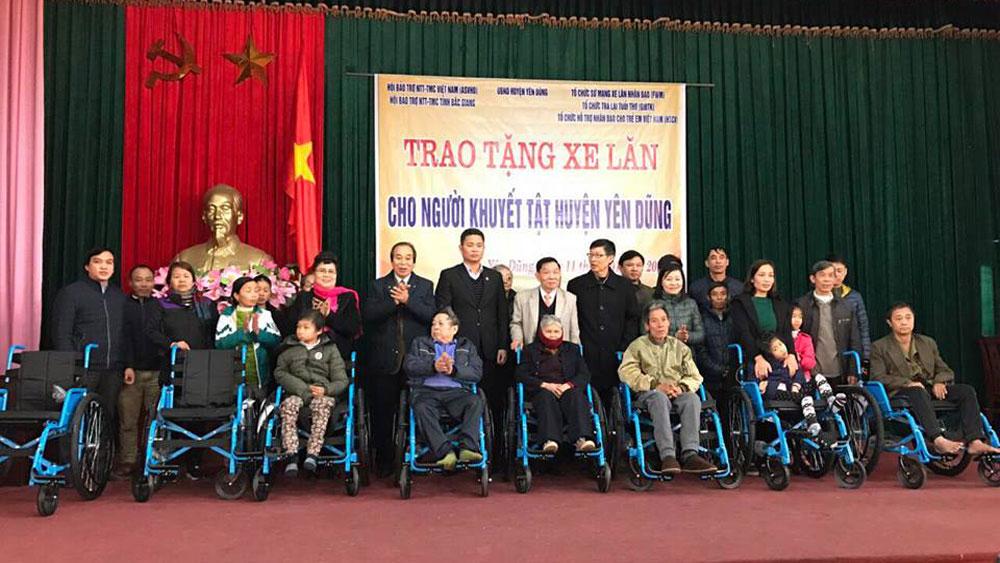 Trao tặng 31 chiếc xe lăn cho người khuyết tật