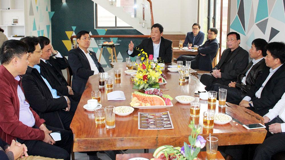 Bí thư Tỉnh ủy Bùi Văn Hải trao đổi với các doanh nhân.