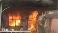 Mâu thuẫn gia đình, con trai tự đốt nhà