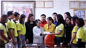 Tặng quà trẻ em khó khăn đang điều trị tại Bệnh viện Sản - Nhi tỉnh