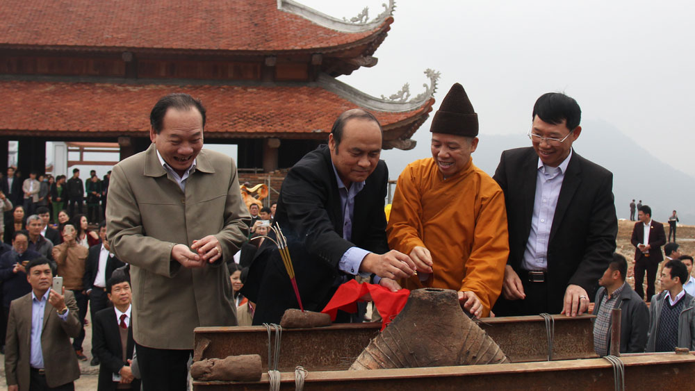 Chủ tịch UBND tỉnh Nguyễn Văn Linh và các đại biểu chuyển vàng, bạc do các tổ chức, cá nhân công đức đưa vào khuôn đúc chuông đồng.