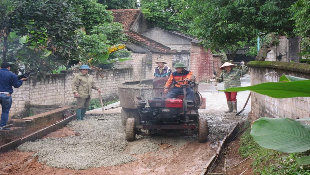 Hội Cựu Chiến binh Lạng Giang quyên góp xi măng xây dựng nông thôn mới