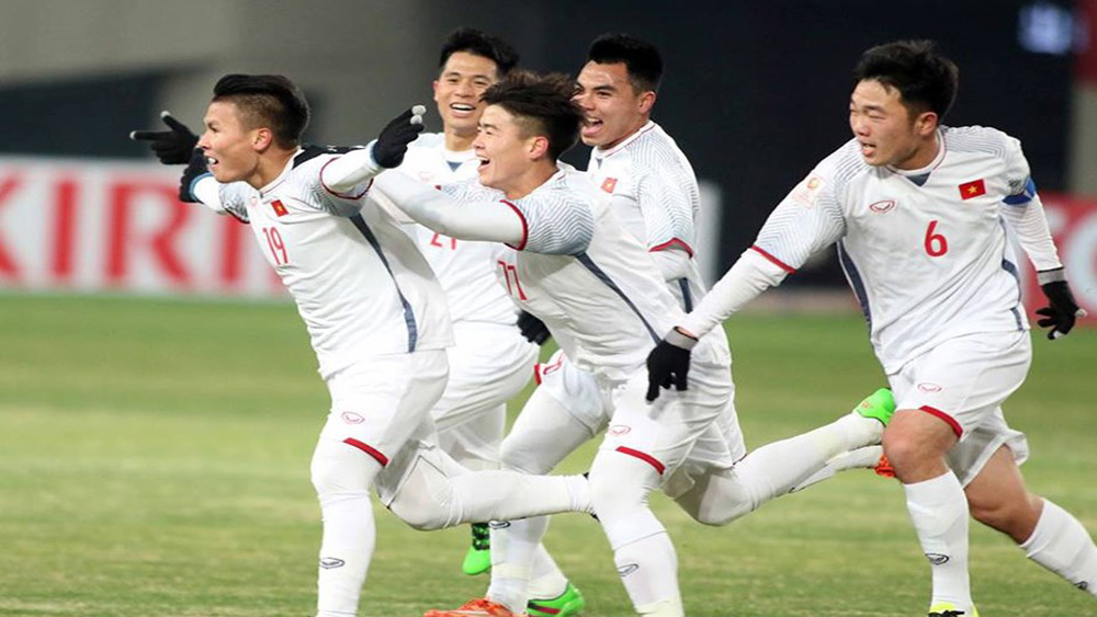 Các cầu thủ U23 Việt Nam ăn mừng bàn thắng gỡ hoà 2-2 của Quang Hải ở phút 89. Ảnh: LĐ.