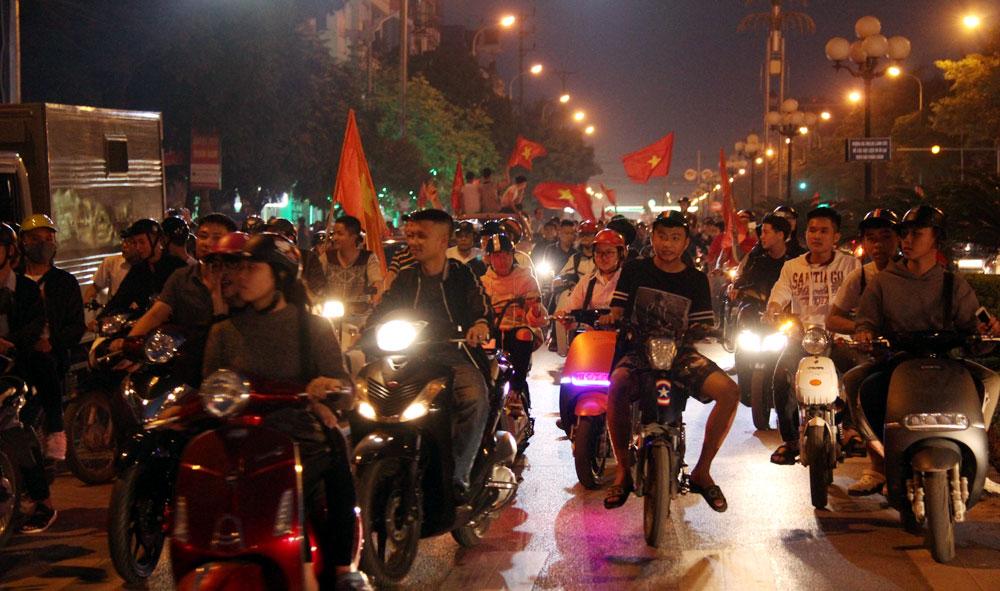 Cổ động viên Bắc Giang xuống đường chúc mừng chiến thắng của đội tuyển U23 Việt Nam