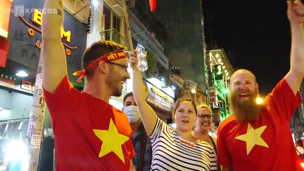 Foreign visitors excitedly cheer the Vietnamese historic victory