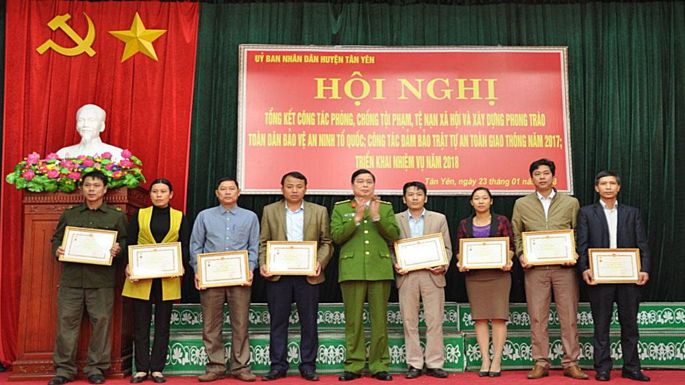 Khen thưởng 57 tập thể, cá nhân trong công tác phòng chống tội phạm, tệ nạn xã hội