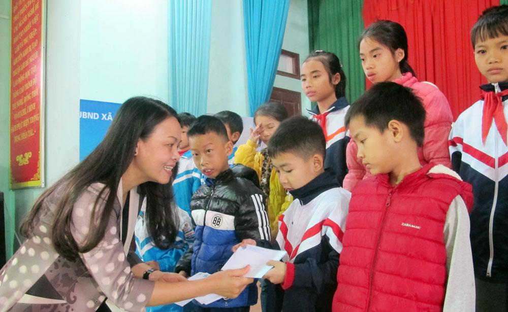 Tặng quà,  50 học sinh, hoàn cảnh, khó khăn,  huyện Yên Dũng