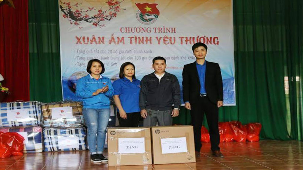 Tặng quà cho người dân, trẻ em khó khăn huyện Sơn Động