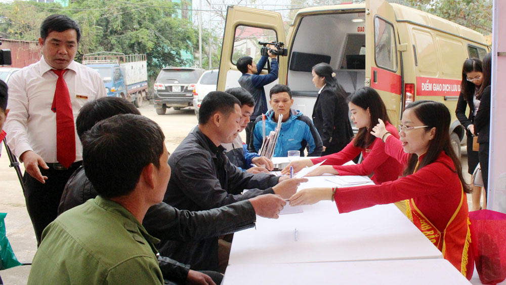 Khai trương điểm giao dịch ngân hàng lưu động bằng xe ô tô tại Lục Ngạn