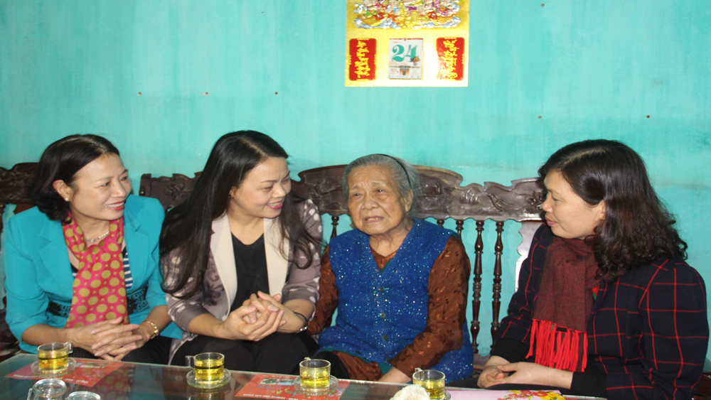 Trung ương Hội Liên hiệp Phụ nữ Việt Nam tặng quà tết cho Mẹ Việt Nam anh hùng tại Hiệp Hòa