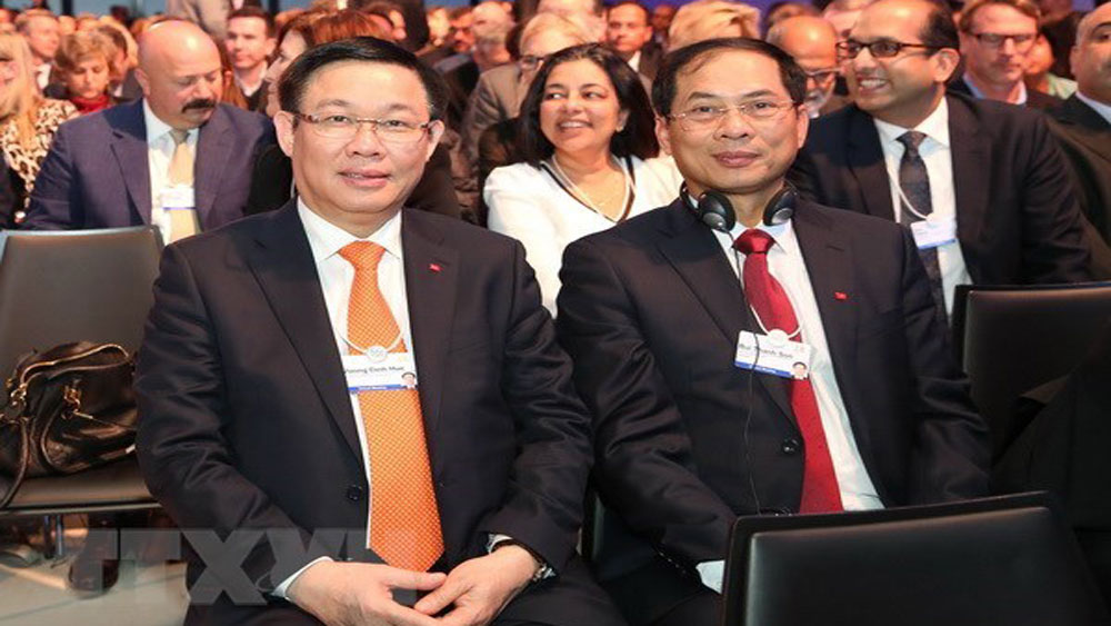 Deputy PM Vuong Dinh Hue concludes activities in WEF Meeting