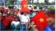 Hàng nghìn người hâm mộ hô vang tên các cầu thủ, chờ đón U23 tại sân bay Nội Bài