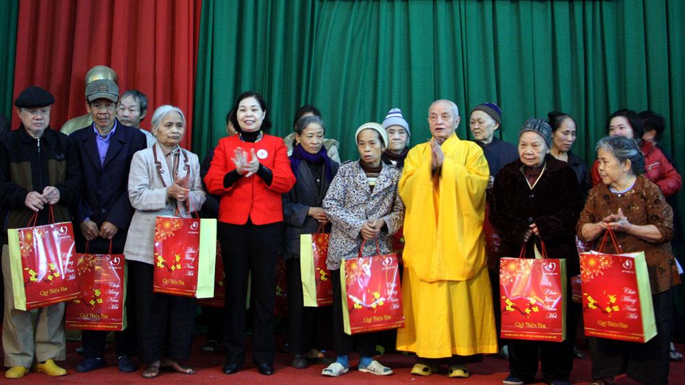 Tập đoàn VinGroup: Tặng quà người nghèo TP Bắc Giang