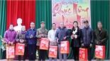 Chủ nhiệm Ủy ban Kiểm tra Tỉnh uỷ Lê Thị Thu Hồng tặng quà người có công, người nghèo huyện Yên Thế