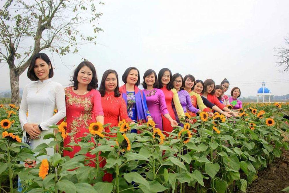 Sunflower field, numerous visitors, Bac Giang province, Rose Garden, Da Mai ward, film studio, local big demand, eco-tourism site, sunflower festival, initial achievements, wedding photos