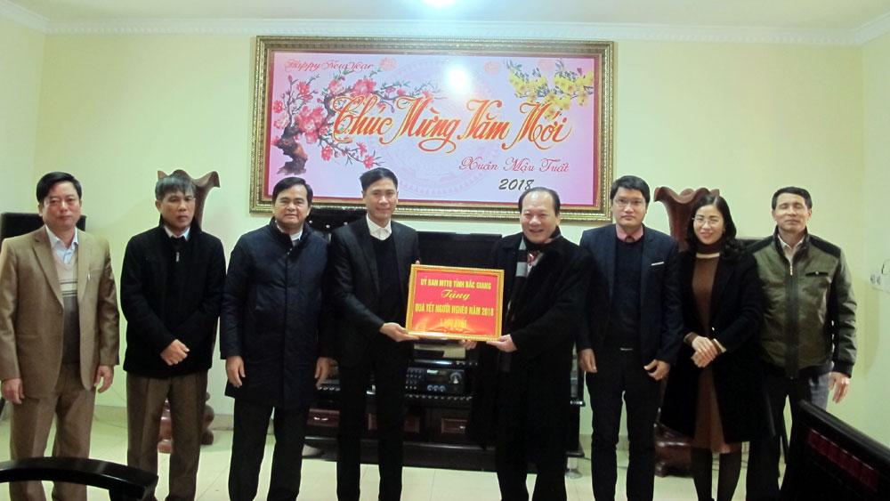 Tặng quà cho người có công tiêu biểu và người nghèo tại huyện Lục Nam
