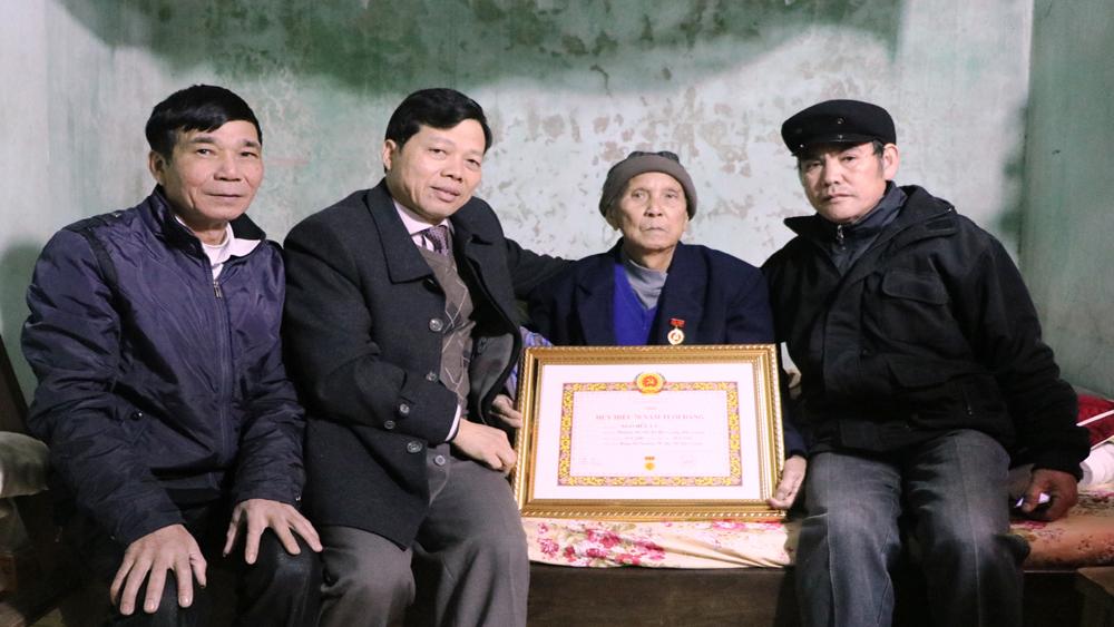 137 đảng viên được trao tặng Huy hiệu Đảng dịp 3-2