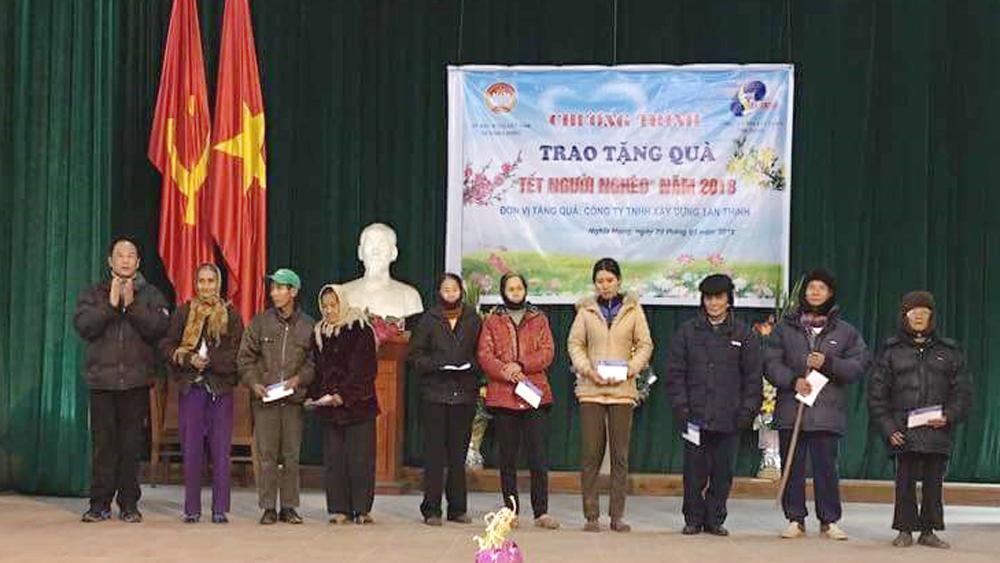 Công ty TNHH Xây dựng Tân Thịnh trao tặng 200 suất quà Tết cho hộ nghèo xã Nghĩa Hưng