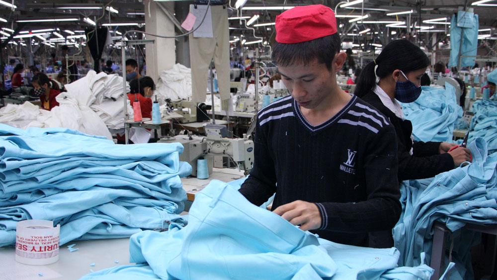 High Tet bonuses, Ha Bac Garment, Export Garment company, worker bonus, Lunar New Year, Tet bonus, gift package