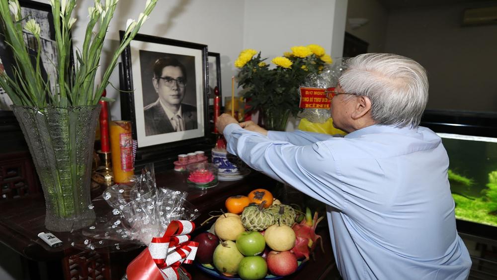 Tổng Bí thư thắp hương tưởng nhớ các đồng chí nguyên lãnh đạo Đảng, Nhà nước