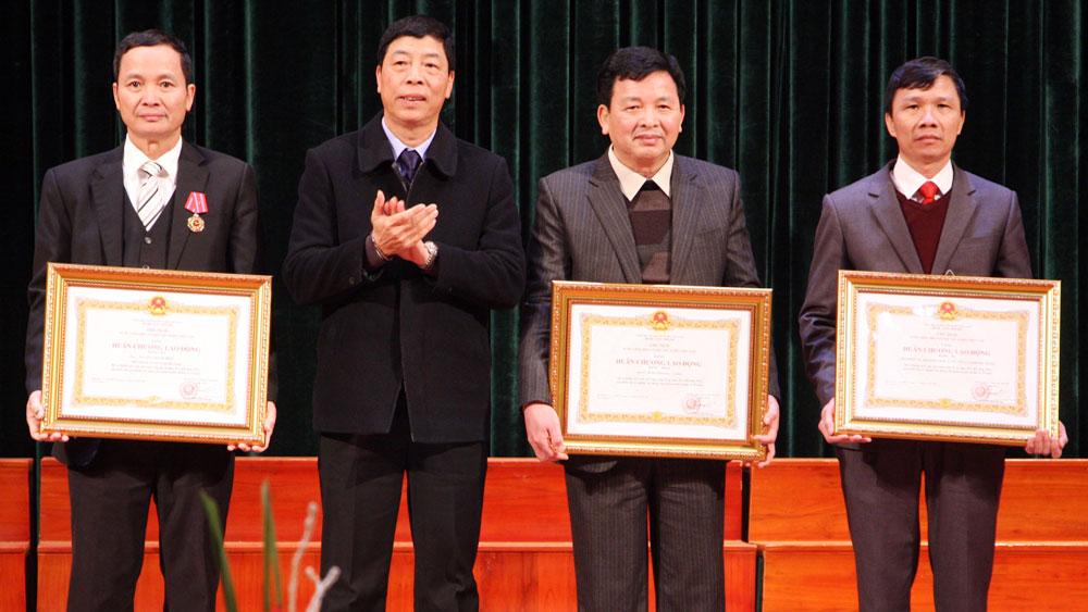 Thừa ủy quyền của Chủ tịch nước, đồng chí Bùi Văn Hải trao Huân chương Lao động hạng Nhất và hạng Ba cho các cá nhân, tập thể có thành tích xuất sắc trong công tác từ năm 2012-2016.