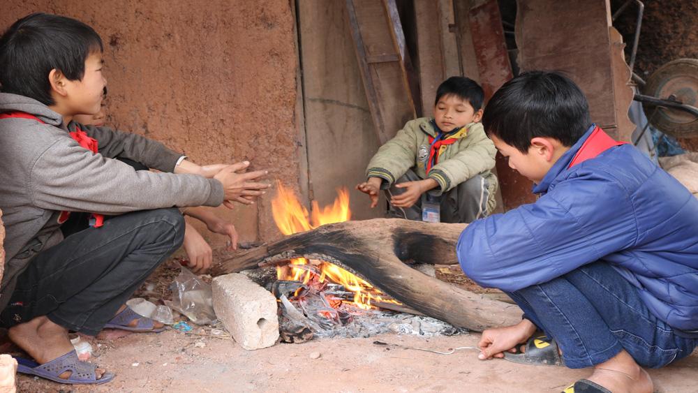 Học sinh xã vùng cao Tân Sơn chống chọi với rét