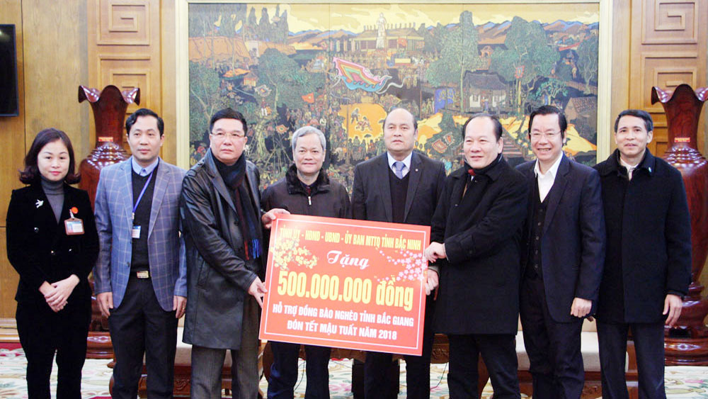 Bac Ninh province presents 500 million VND to Bac Giang poor people