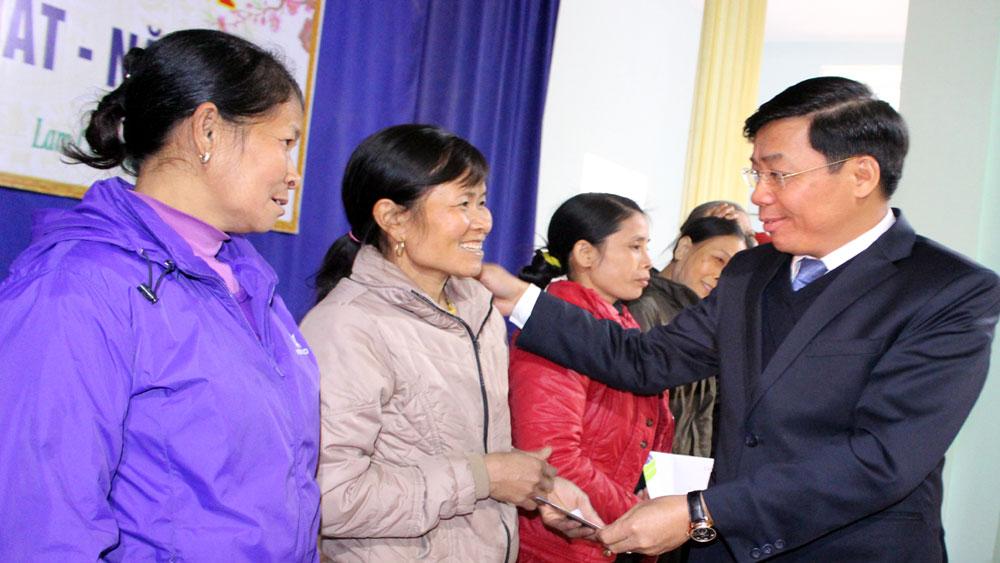 Phó Chủ tịch UBND tỉnh Dương Văn Thái tặng quà hộ nghèo huyện Tân Yên