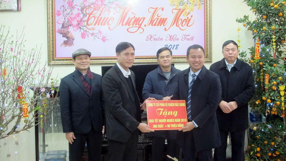 Lãnh đạo tỉnh tặng quà Tết cho hộ nghèo huyện Lục Nam