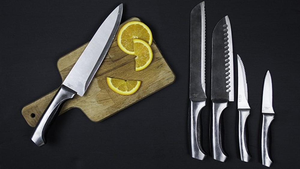Cắt thử một mẩu giấy gói quà khi chọn mua dao