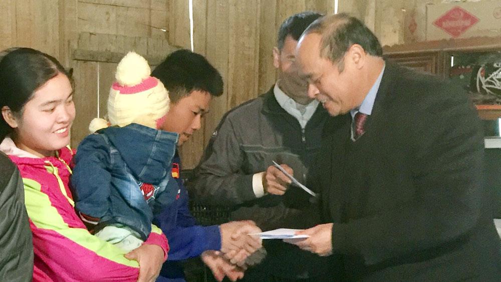 Chủ tịch UBND tỉnh Nguyễn Văn Linh tặng quà Tết hộ nghèo, gia đình chính sách huyện Lục Nam