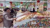 Người dân cẩn thận khi chọn bánh kẹo, thực phẩm dịp Tết