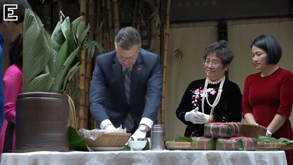 US ambassador makes his first Tet cake, wishes Vietnam a happy new year