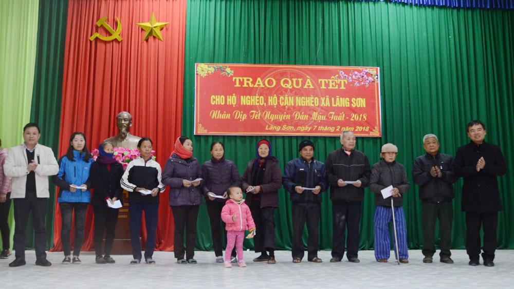Phó Chủ tịch Thường trực HĐND tỉnh Bùi Văn Hạnh tặng quà Tết người nghèo huyện Yên Dũng