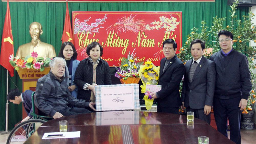 Phó Chủ tịch UBND tỉnh Nguyễn Thị Thu Hà tặng quà Trung tâm Điều dưỡng Thương binh Thuận Thành
