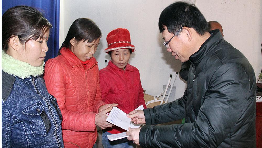Phó Chủ tịch UBND tỉnh Lê Ánh Dương tặng quà Tết hộ nghèo huyện Lục Nam