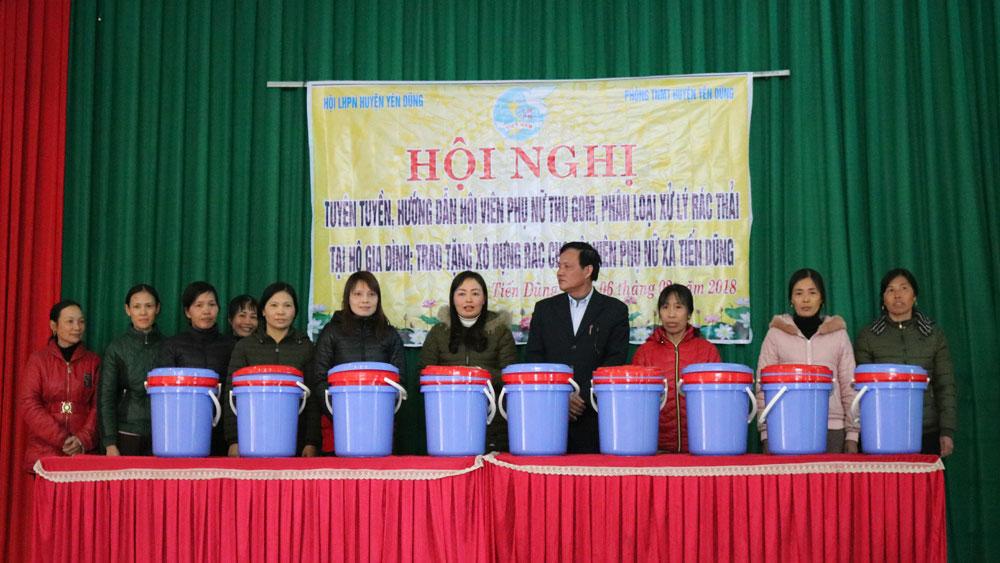 Hướng dẫn hội viên phụ nữ phương pháp phân loại rác thải tại hộ gia đình